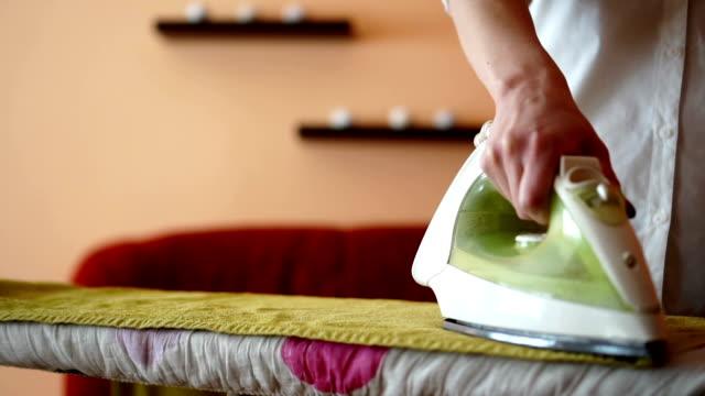 自宅で鉄を使用して主婦 - アイロン点の映像素材/bロール