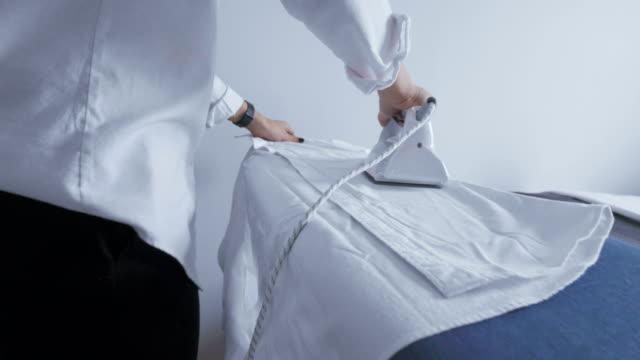 主婦が家で鉄を使用して - アイロン点の映像素材/bロール