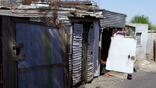 vidéos et rushes de ms pan housing and corrugated iron shacks in town / diepsloot, south africa - membres du corps humain