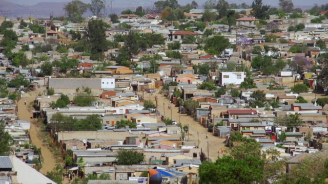 vidéos et rushes de ha ws housing and shacks in town / diepsloot, south africa - cahute
