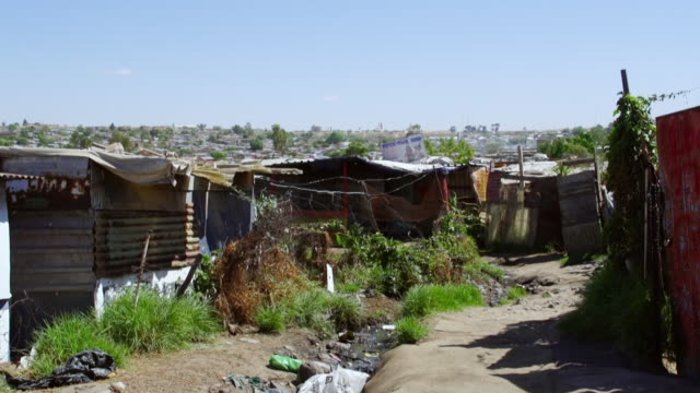 vidéos et rushes de ws pan housing and shacks in town / diepsloot, south africa - cahute