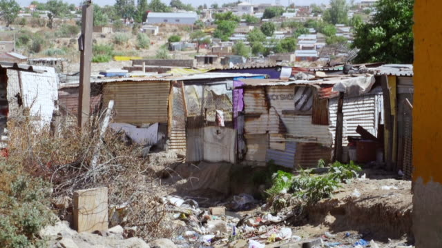 vidéos et rushes de ms housing and shacks in town / diepsloot, south africa - cahute