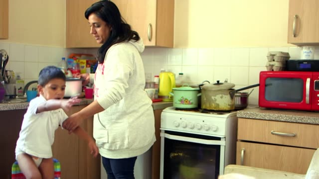 vidéos et rushes de housing benefit claimants can not afford privately rented homes; england: london: int various of mohammed ibrahim, who is blind after a car accident,... - accident domestique