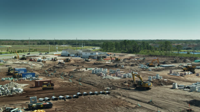 housing construction site on reclaimed land near orlando - aerial - mittelschicht stereotypen stock-videos und b-roll-filmmaterial