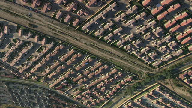 vídeos y material grabado en eventos de stock de aerial ws tu housing development with rows of houses, johannesburg, gauteng, south africa - república de sudáfrica