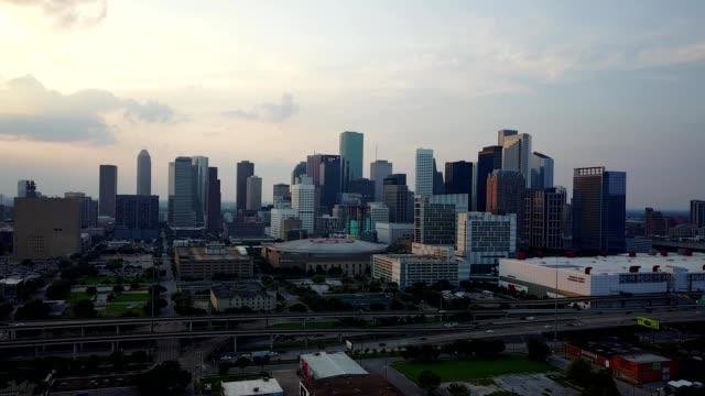 vídeos de stock, filmes e b-roll de houston downtown skyline at sunset - texas