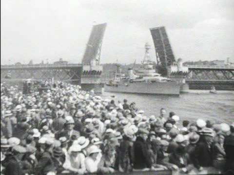 vídeos de stock, filmes e b-roll de houston moving in columbia river under raised bridge w/ people standing dockside below fg vs fdr waving on ship deck - moving activity
