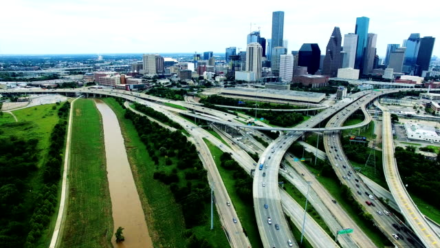 vídeos de stock e filmes b-roll de houston over polluted smog cityscape highways dirty water aerial looking down on dirty america - texas
