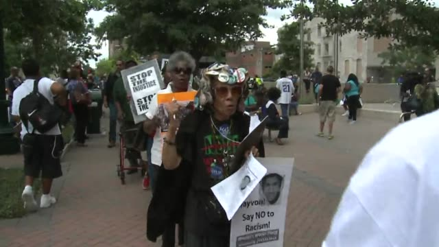 vídeos de stock, filmes e b-roll de houston residents rally in protest of the george zimmerman not guilty verdict. marchers protest zimmerman not guilty verdict on july 16, 2013 in... - veredicto