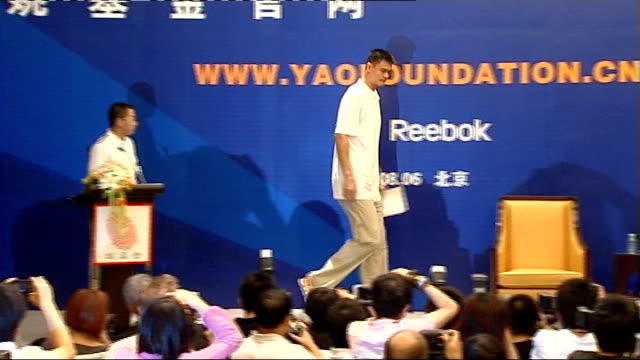vidéos et rushes de houston rockets player yao ming press conference china beijing photography** **music heard sot** yao ming arriving at press conference and taking... - ming