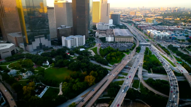 vídeos de stock e filmes b-roll de houston texas long pan up to the downtown sunrise skyline cityscape - texas
