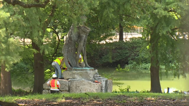 "vídeos y material grabado en eventos de stock de houston, tx, u.s. - crew working on removing ""spirit of the confederacy"" statue in sam houston park. houston mayor sylvester turner pledged to remove... - monumento"