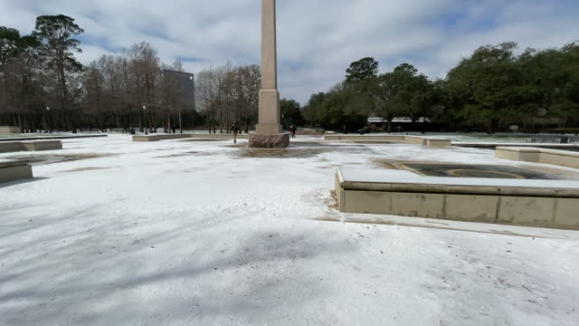 houstonians woke up to blankets of snow, sleet, record-low temperatures and energy blackouts on monday morning thanks to a historic winter. houston... - nicolas lisperguier stock videos & royalty-free footage