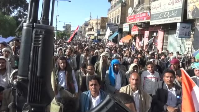 houthis gather at jamia street in sanaa to stage a protest against the un security council's resolution on yemen to impose an arms embargo against... - 武力攻撃点の映像素材/bロール