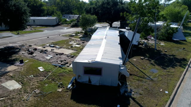 vídeos de stock e filmes b-roll de hovering close to destroyed mobile home after flash flood completely destroyed la grange , texas small town gulf coast damage zone from hurricane harvey path of destruction. - estados da costa do golfo