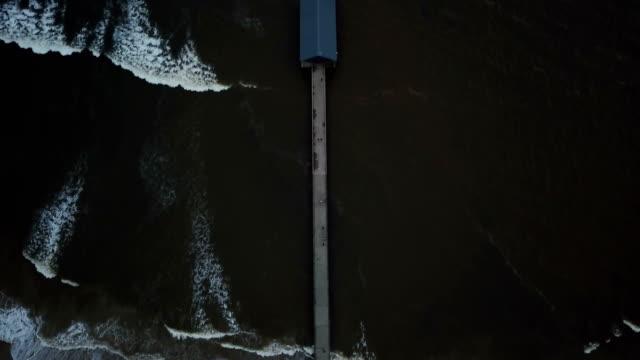 vídeos de stock, filmes e b-roll de pairando diretamente sobre a baía de hanalei pier - pouca luz