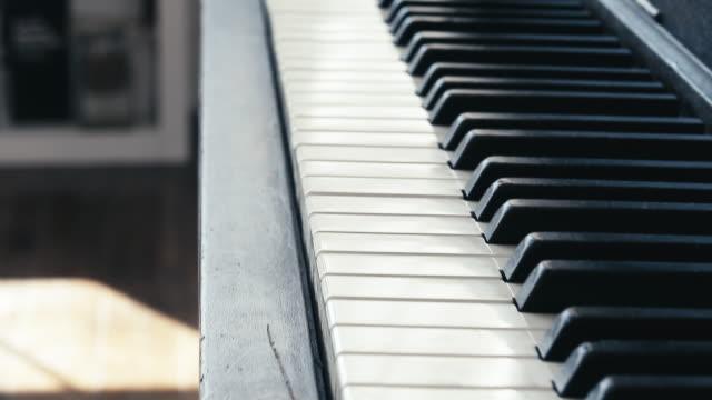 Schwebt über einer Klaviertastatur