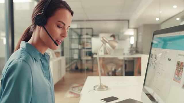 vídeos y material grabado en eventos de stock de ¿en qué puedo ayudarle hoy? - centro de llamadas