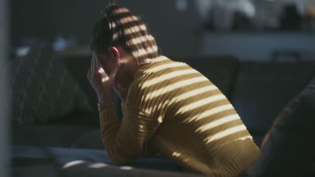 これ以上希望がなくなったら、どのように対処しますか? - 月経前緊張症候群点の映像素材/bロール