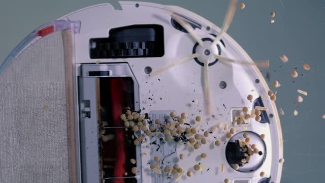 vídeos de stock, filmes e b-roll de como funciona um robô inteligente aspirador? veja de baixo. super câmera lenta 100 fps - 1 minute or greater