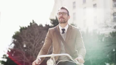 stockvideo's en b-roll-footage met hoe houdt hij van reizen door de stad - bril brillen en lenzen
