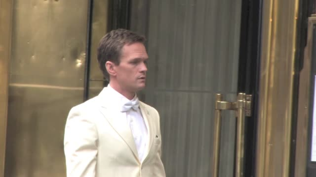 how i met you mother actor neil patrick harris and glee actress jayma mays shooting scene in paris for the next the smurfs movie the smurfs movie... - neil patrick harris stock videos & royalty-free footage