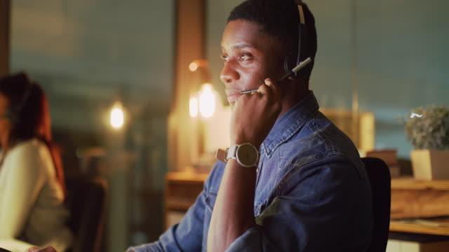 wie kann ich ihnen heute abend helfen? - headset stock-videos und b-roll-filmmaterial