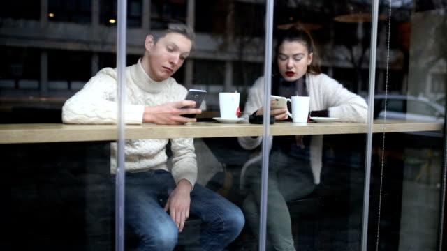 Wie Social Media moderne Beziehungen heutzutage beeinflussen