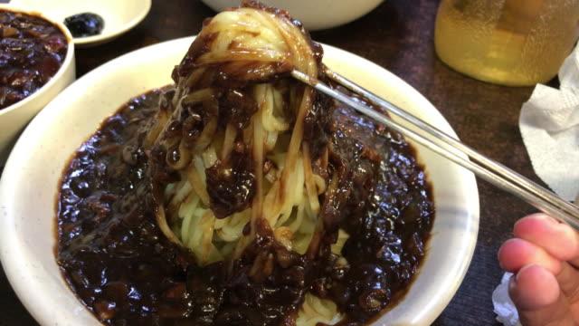 ソウル、韓国ジャジャン麺の食べ方。