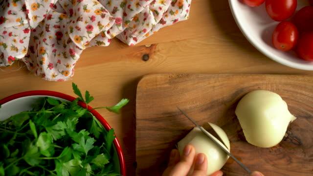vídeos y material grabado en eventos de stock de cómo hacer hojas de uva rellenas de plato tradicional turco caseros con aceite de oliva - picando cebolla - hoja de la vid