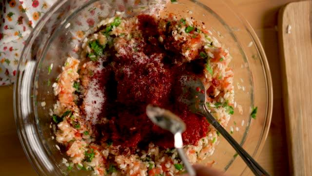vídeos y material grabado en eventos de stock de cómo hacer hojas de uva rellenas de plato tradicional turco caseros con aceite de oliva - adición de sumac - hoja de la vid