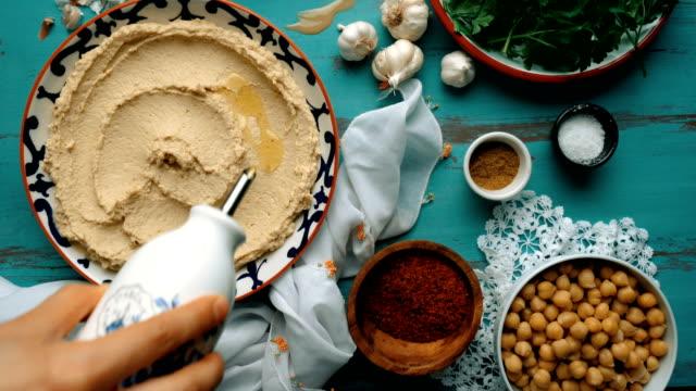 フムスを作る方法?(オーバーヘッドショット) - フムスフードメッキ - ベジタリアン料理点の映像素材/bロール