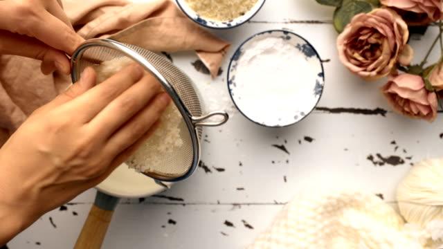 vidéos et rushes de comment faire du pudding de riz (turc deron sâtlaç) - dessert