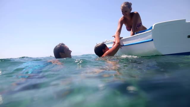 Wie einen dicken junge im Boot zu stellen? Rettungs- und humor