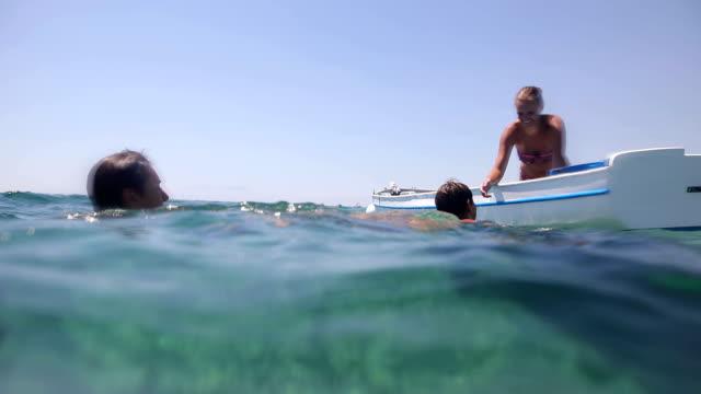 wie einen dicken junge im boot zu stellen? rettungs- und humor - dicke frauen am strand stock-videos und b-roll-filmmaterial