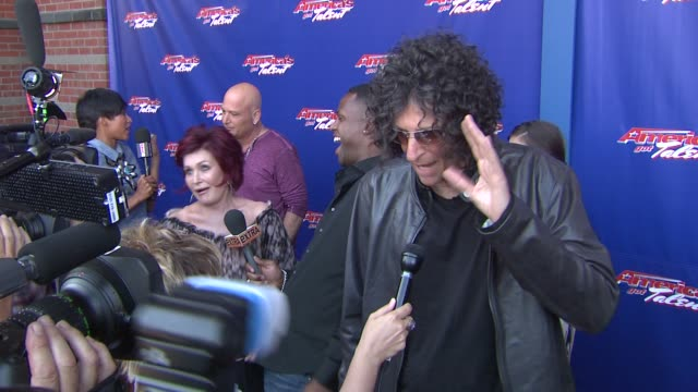 """howard stern at """"america's got talent"""" - red carpet at new jersey performing arts center on july 02, 2012 in newark, new jersey - シャロン オズボーン点の映像素材/bロール"""