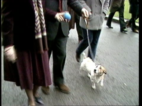 vidéos et rushes de london: st. james pk sir geoffrey and lady howe walking with dog in park tilt to dog at walk towards downing st. cms howe with budget box - wife in... - suit