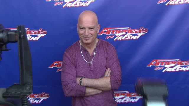 """howie mandel at """"america's got talent"""" - red carpet at new jersey performing arts center on july 02, 2012 in newark, new jersey - シャロン オズボーン点の映像素材/bロール"""