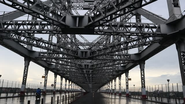 howrah bridge one of the most busiest place of the twin city howrah and kolkata, is seen totally deserted due to a weekly lockdown in west bengal as... - howrah bridge stock videos & royalty-free footage