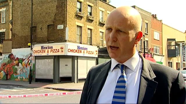 stockvideo's en b-roll-footage met police inner cordon' tape across road by hoxton chicken & pizza fastfood restaurant police officers in road takeaway restaurant police dci john... - omgeven