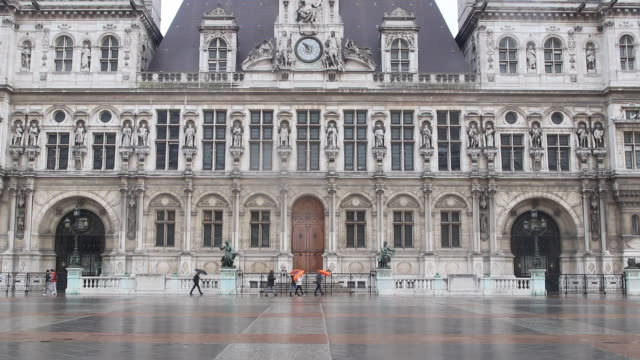 vidéos et rushes de hôtel de ville, paris, group of people with orange umbrellas - mairie