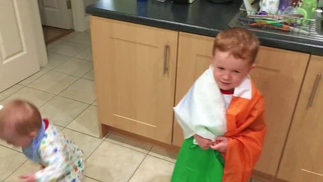 stockvideo's en b-roll-footage met //vimeo.com/181434926 peter murphy recently filmed three-year-old ryan passionately sing the irish national anthem - amhrán na bhfiann - in killaloe,... - https