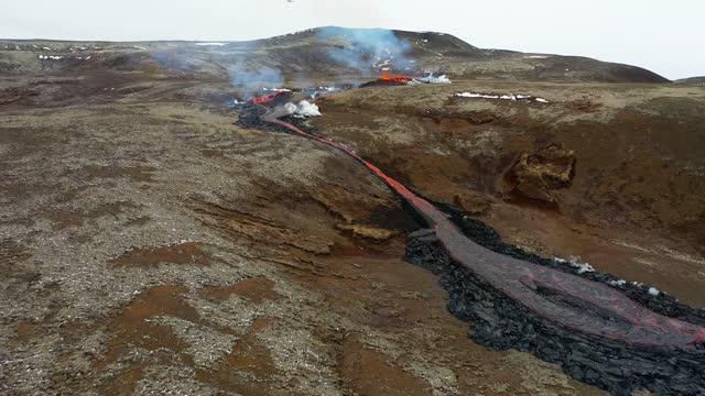//www.ruv.is/frett//ny-sprunga-opnadist-ryma-gossvaedid new fissure opened up at a volcano on iceland's reykjanes peninsula on april 5, sending a... - https stock-videos und b-roll-filmmaterial