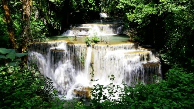 Huai Mae Khamin waterval in Kanchanaburi, Thailand. (Time-lapse)