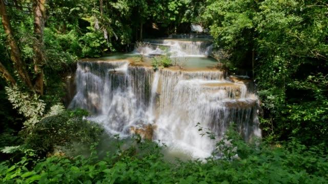 Huai Mae Khamin waterval in Kanchanaburi, Thailand.