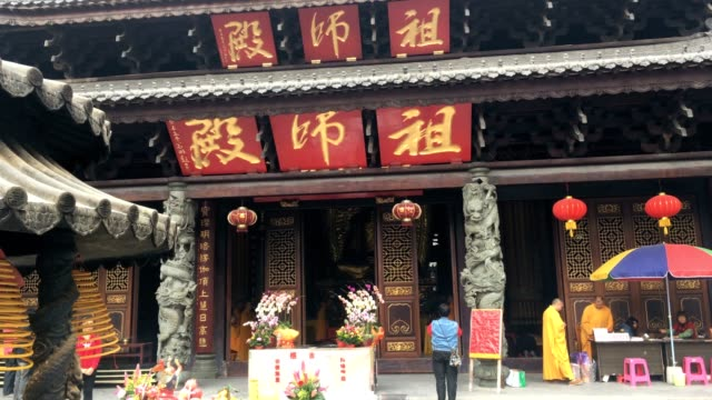 Hualinsi is the famous old temple in guangzhou chinanear the shangxiajiu commercial treet,The monk is chanting
