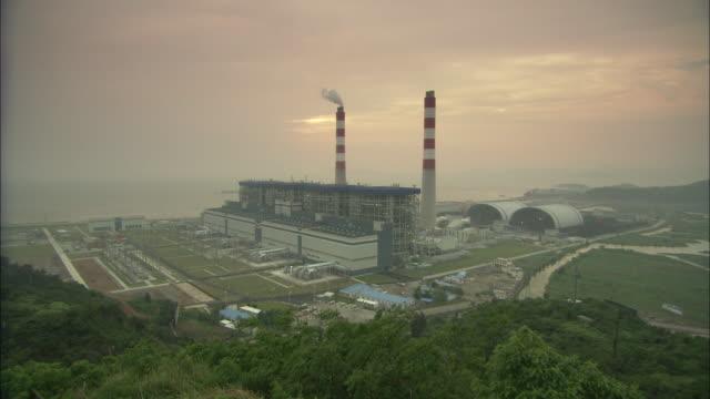 ws ha huaneng yuhuan ultra supercritical power plant, yuhuan county, zhejiang, china - 工場の煙突点の映像素材/bロール