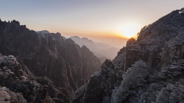 vidéos et rushes de coucher du soleil de montagne de huangshan à cloud dissiper pavillon-time-lapse - couches superposées
