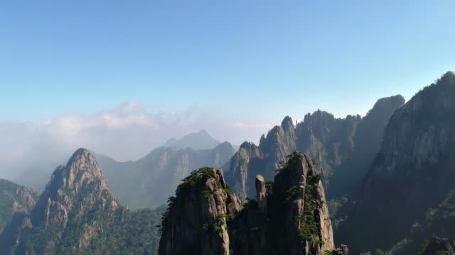huangshan gelb bergen chinas rückwärts fliegen - china stock-videos und b-roll-filmmaterial