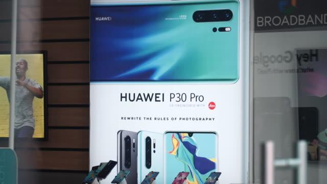 vídeos y material grabado en eventos de stock de huawei p30 pro smartphone on display in shop window - escaparate de tienda